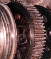 Установкой УДГЗ-200 одновременно сзакалкой зубьев наканатном барабане «напора» экскаватора ЭКГ-10 выполнена закалка канатных ручьев, что увеличило срок службы в3раза